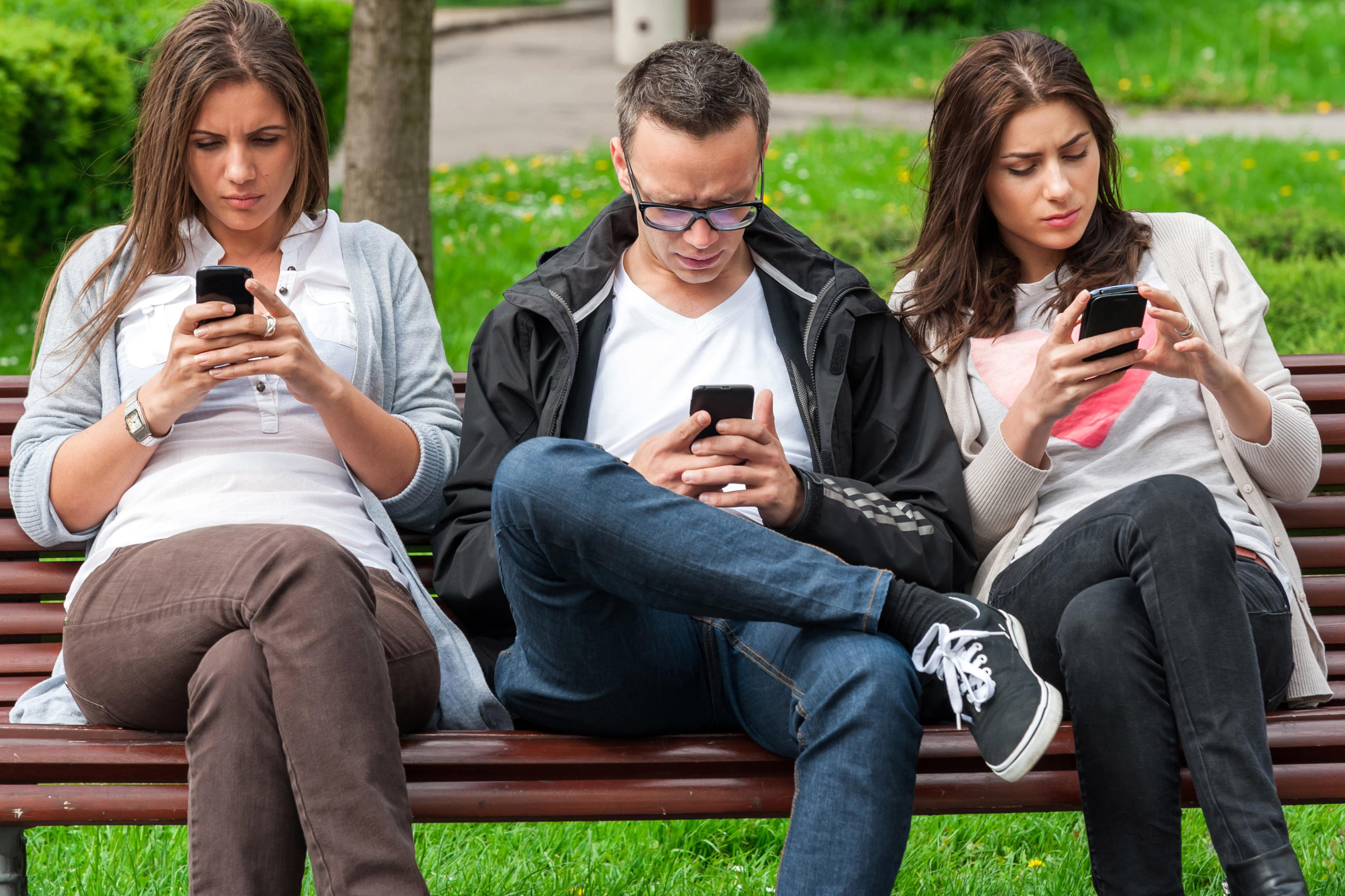 Záver experimentu: Muži jednoducho nedokážu vydržať bez svojich mobilov